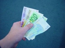 euro biljetten in een hand