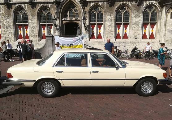 Mercedes 450 SEL voor stadhuis Middelburg